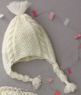 красивая детская шапочка спицами фантазийным и сетчатым узором со
