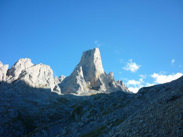 Bulnes, Asturias. Foto de Anna Misiolek. #LPTraveller #postalesLP #Bulnes #Asturias #montañas #paraíso #belleza #cielo