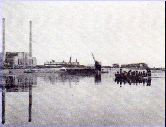 Enige bekende foto van de Waaloversteek op 20 september 1944, met 26 canvas stormboten. Binnen korte tijd 107 man verloren, waarvan 28 gesneuveld, de rest vermist of gewond uitgeschakeld. Slechts 13 bootjes keerden terug, na de 2e overtocht (wave) slechts 11. De laatste overtocht was om 18.30 uur. In het gebouw van de Elektriciteit Centrale (achtergrond) lagen later ca 30 gewonde Para's. Bron: noviomagus.nl