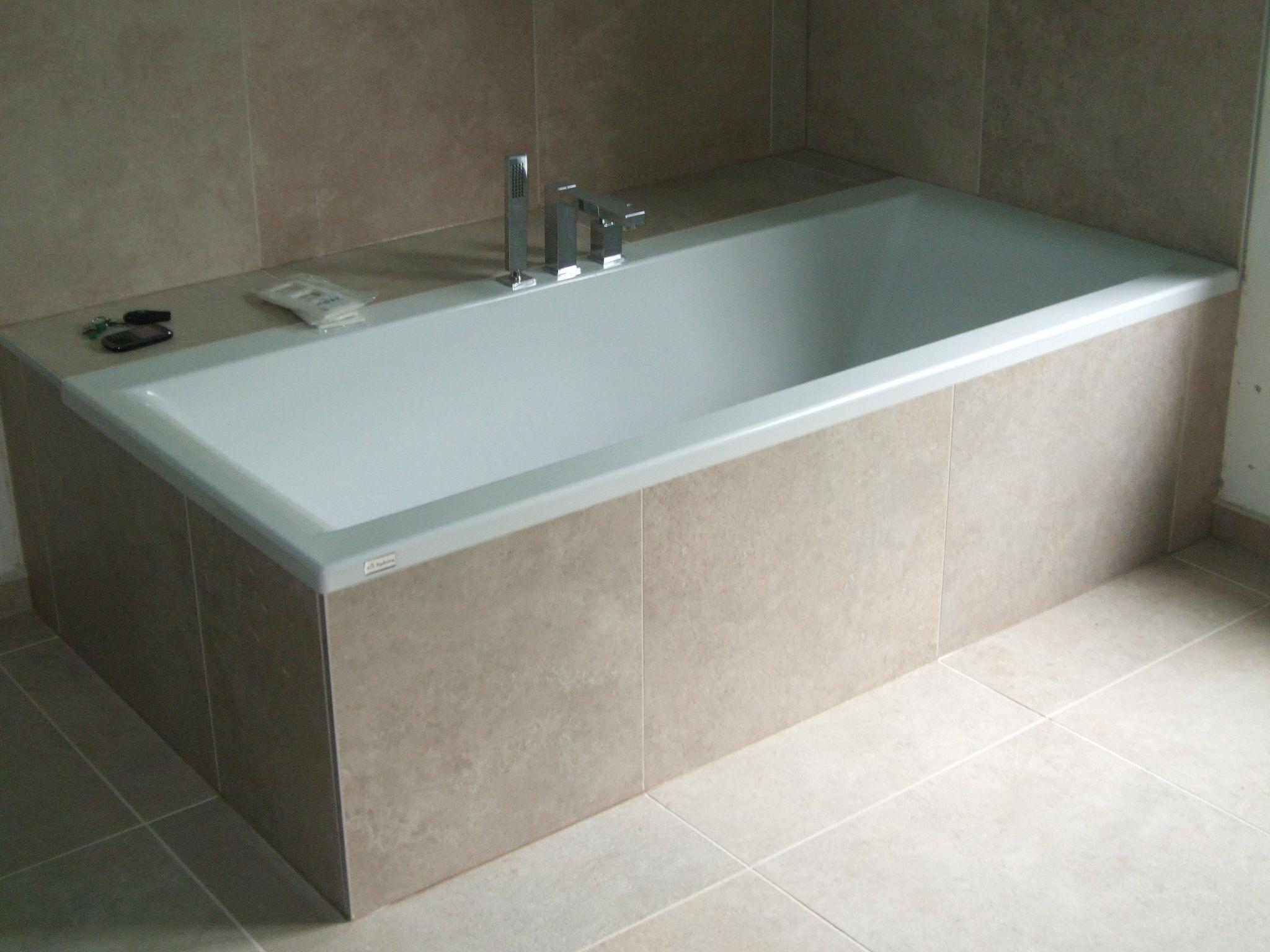 Bad afgewerkt met tegels badkraan op rand bad bad ideal standaard washpoint bad - Mat tegels ...
