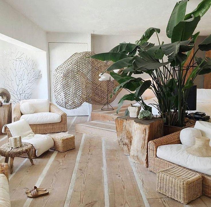 Bois Rotin Et Grandes Plantes Vertes Decoration Salon Couleur Deco Maison Deco Salle De Sejour