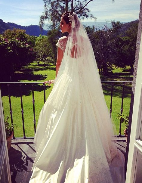 939f91e80 Eiza Gonzalez s Wedding Dress In Amores Verdaderos