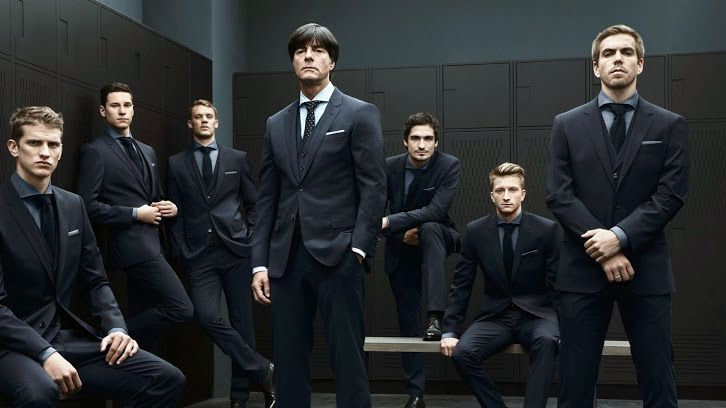 Сборная Германии сменила футбольную форму на строгие ...