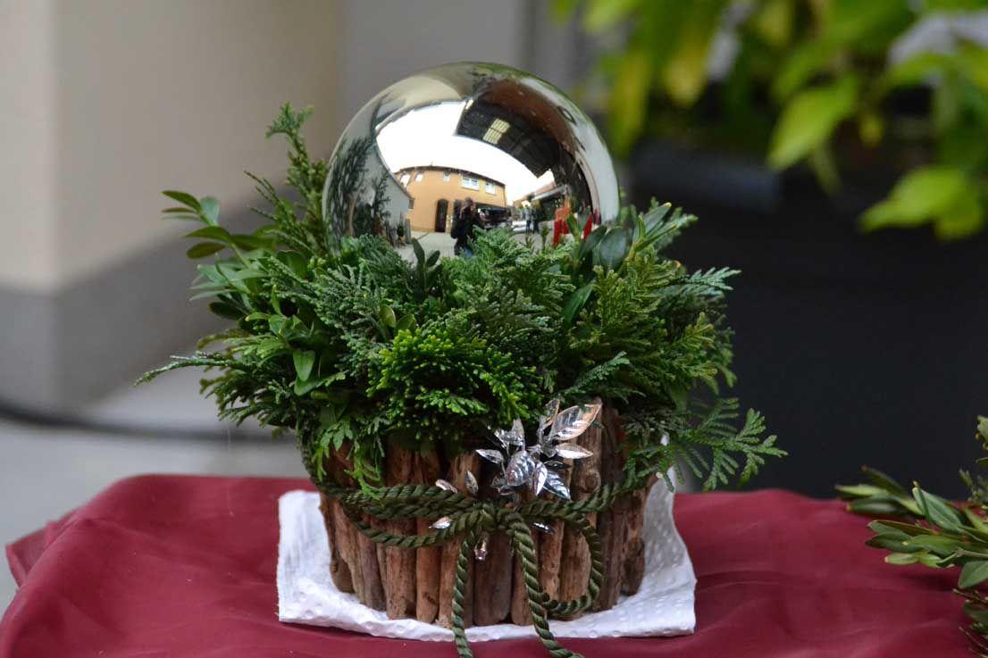 weihnachtliches Gesteck mit Übertopf aus Treibholz