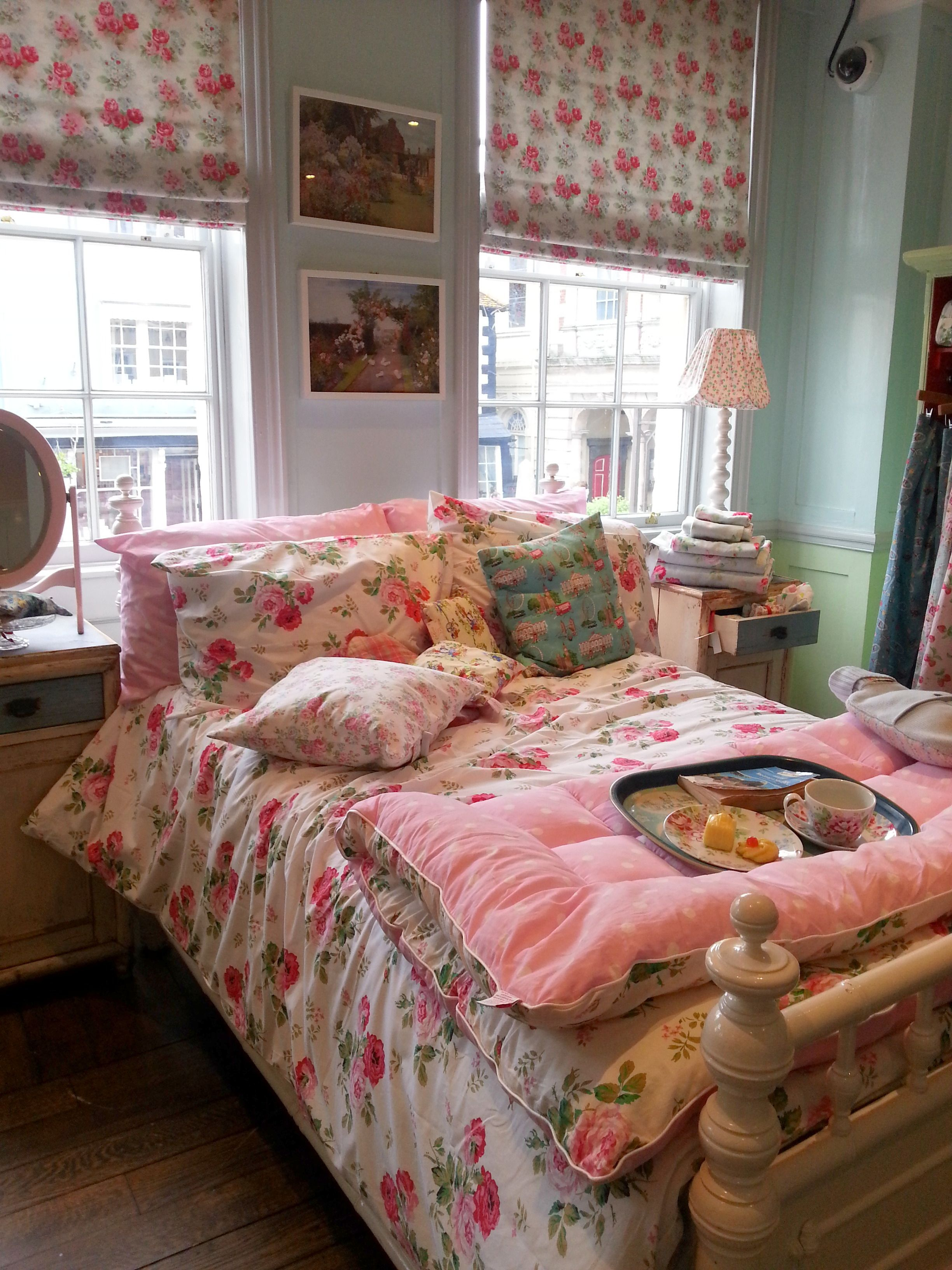A visit to cath kidston love this bedroom now i lay me for Cath kidston bedroom ideas