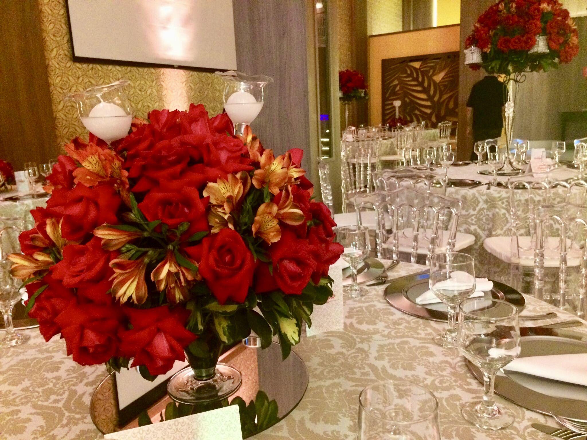 Arranjo Mesa Do Convidados Com Flores Vermelhas E Velas Noiva