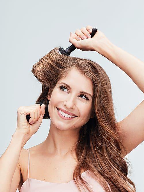 Ein alter Mythos besagt, dass 100 Bürstenstriche am Tage glänzendes Traumhaar zaubern. Nun, als im 19. Jahrhundert Haarwäschen noch eher selten waren, vielleicht tatsächlich ein wertvoller Tipp. Denn um Veilchenpuder – das damals als eine Art Trockenshampoo benutzt wurde – zu verteilen, half das viele Bürsten besonders gut. Heute bedarf es für einen Good Hair Day  deutlich weniger Aufwand, denn anstatt auf die Zahl der Striche kommt es jetzt nur noch auf die richtige Bürste an.