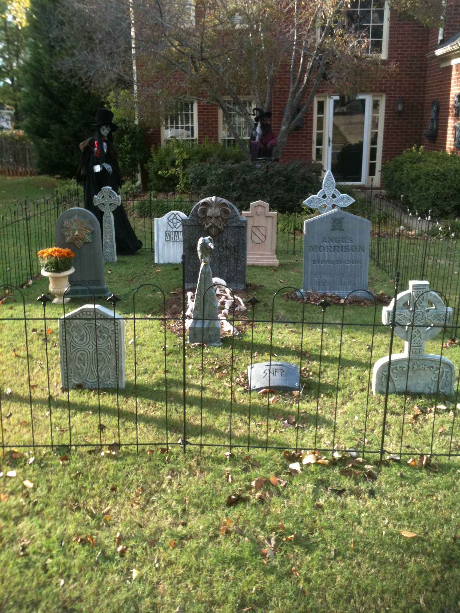 The Halloween Graveyard~! Halloween Decorations Pinterest - Halloween Graveyard Decorations