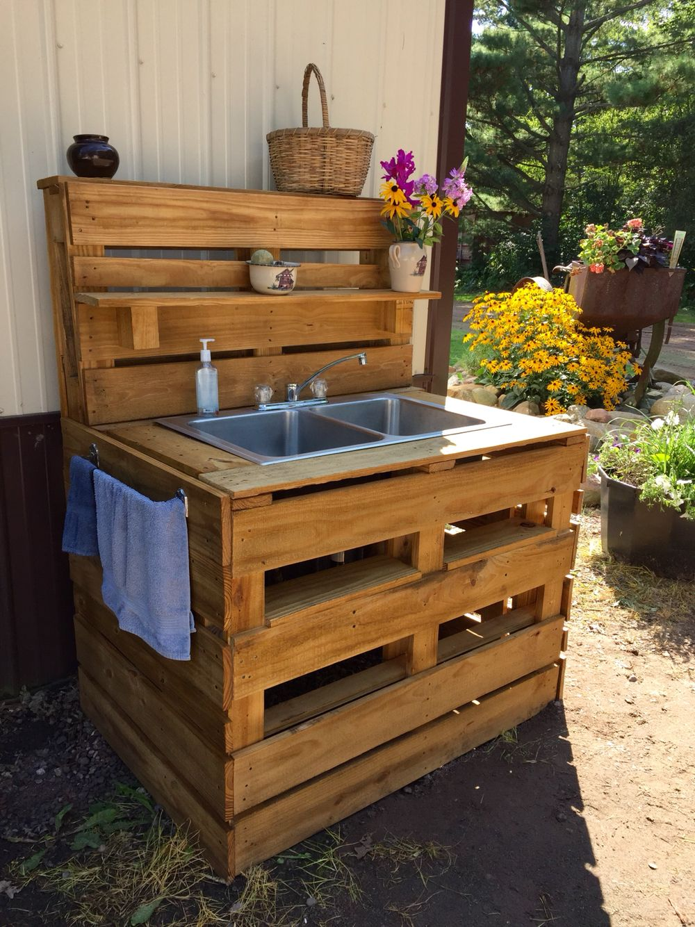 pallet sink diy outdoor kitchen outdoor sinks pallet diy on outdoor kitchen diy id=81078