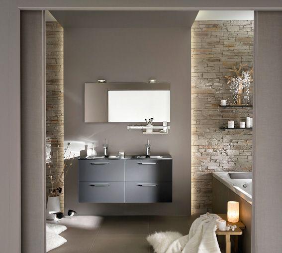Avec son meuble-vasque aux façades en verre gris et ses murs revêtus ...