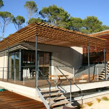 villa en ossature bois avec terrasse bois ombrag fa ade bois fibro ciment ou m tallique en. Black Bedroom Furniture Sets. Home Design Ideas