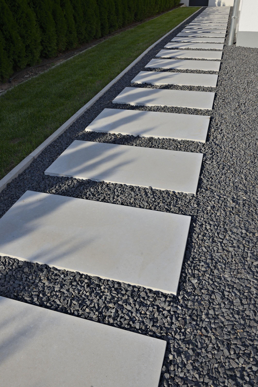 Gehweg aus terrassenplatten auf kieselsteinen als for Feinsteinzeug terrassenplatten verlegen