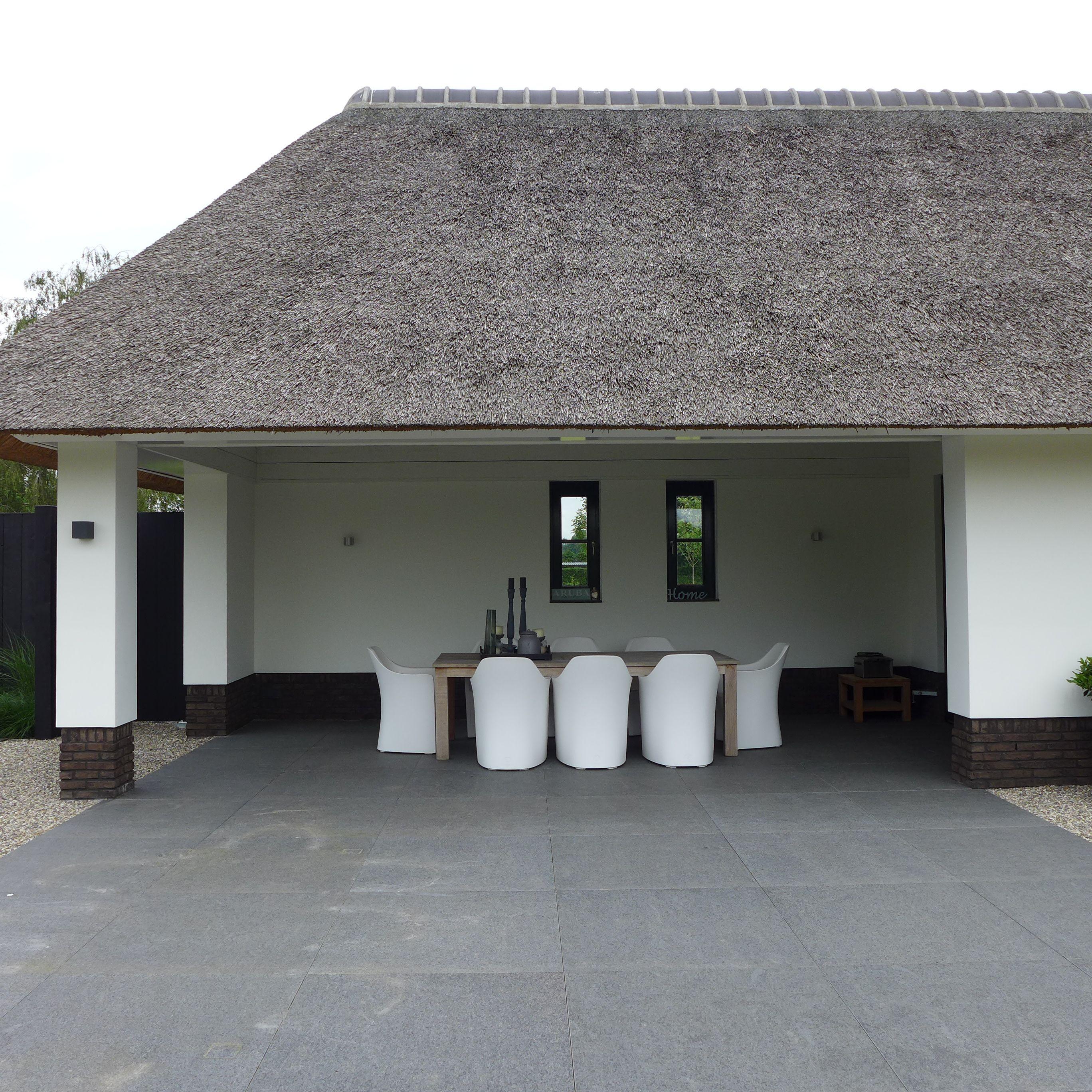 Moderne tuin rieten dak Moderne tuinset www.hendrikshoveniers.nl ...