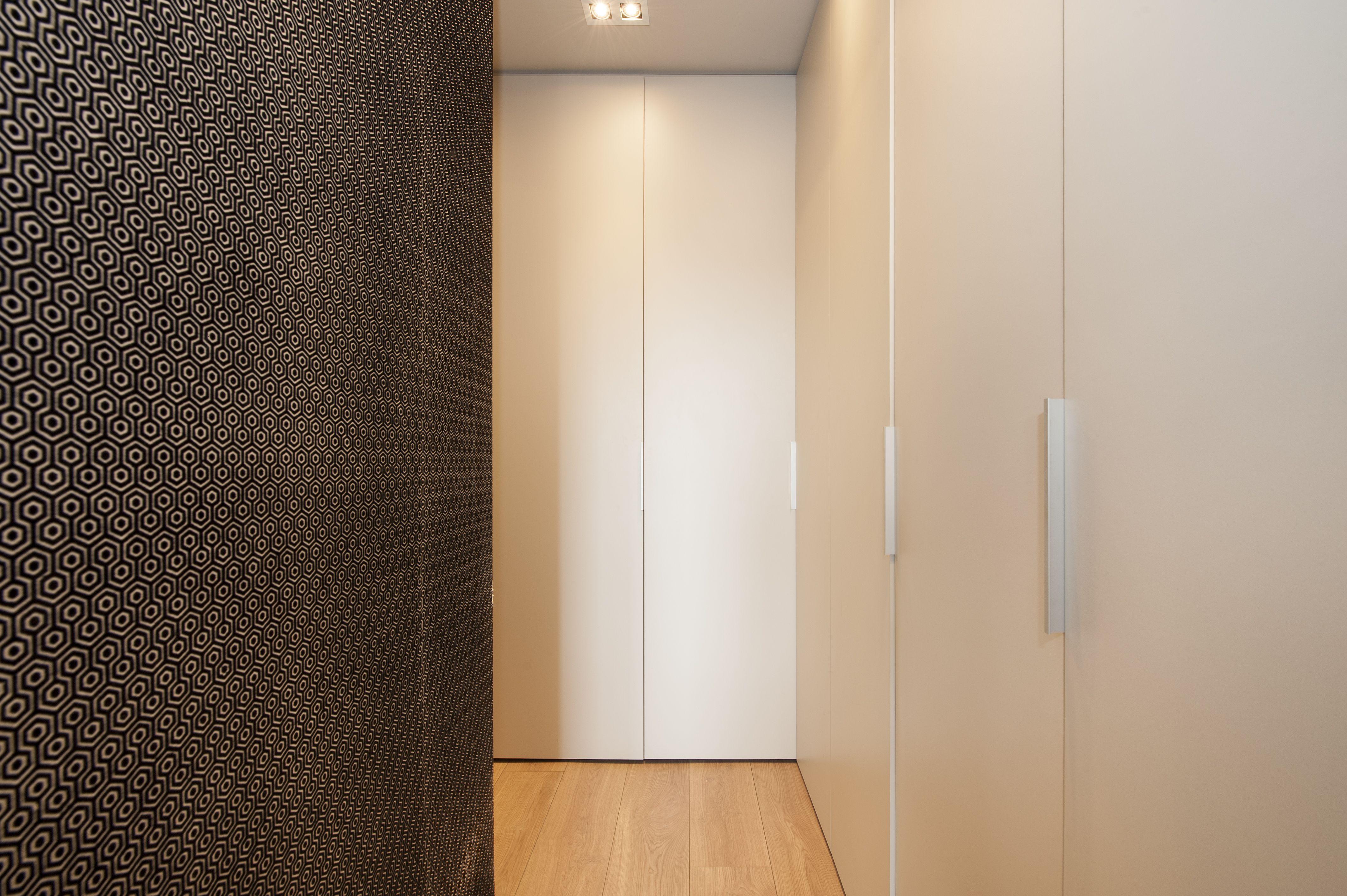 Pasillo con armarios para el almacenamiento reforma el - Armarios para pasillos ...