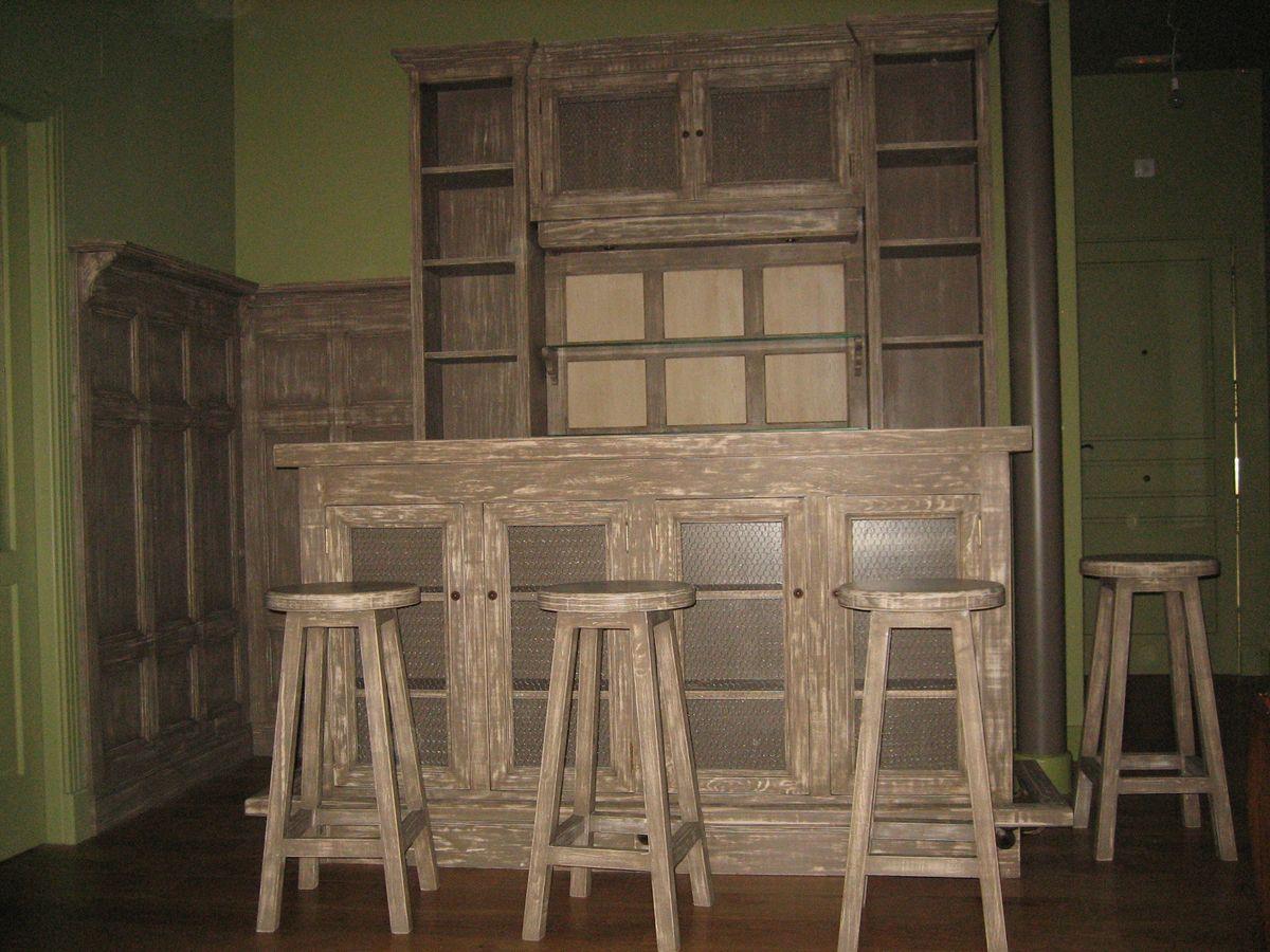 Mueble bar, barra de bar y taburetes en madera de pino de Valsaín y ...