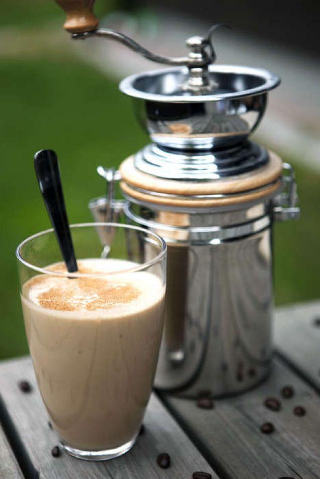 KAFFESMOOTHIE Kaffe och mellanmål i ett. Banan höjer mättnadskänslan och ger smoothien naturlig sötma.
