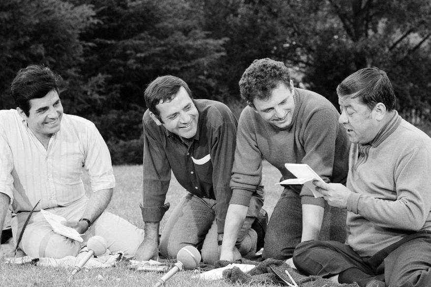 """L'INA avec Photoservice.com - Roger Pierre, Jean Yanne, Jacques Martin et Francis Blanche lors du tournage de l'émission """"Les grands enfants""""."""