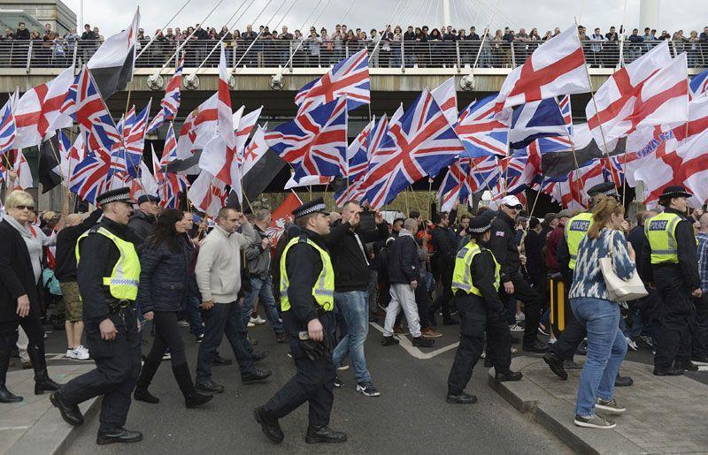 Лондон: Националисти протестују против исламизма  У Лондону се истовремено одржавају протести крајњих десничара и антифашиста, а британска полиција ухапсила је 12 особа и покушава да спречи да дође до сукоба, јавио је АП. Лондонска полиција увела је посебне усл�