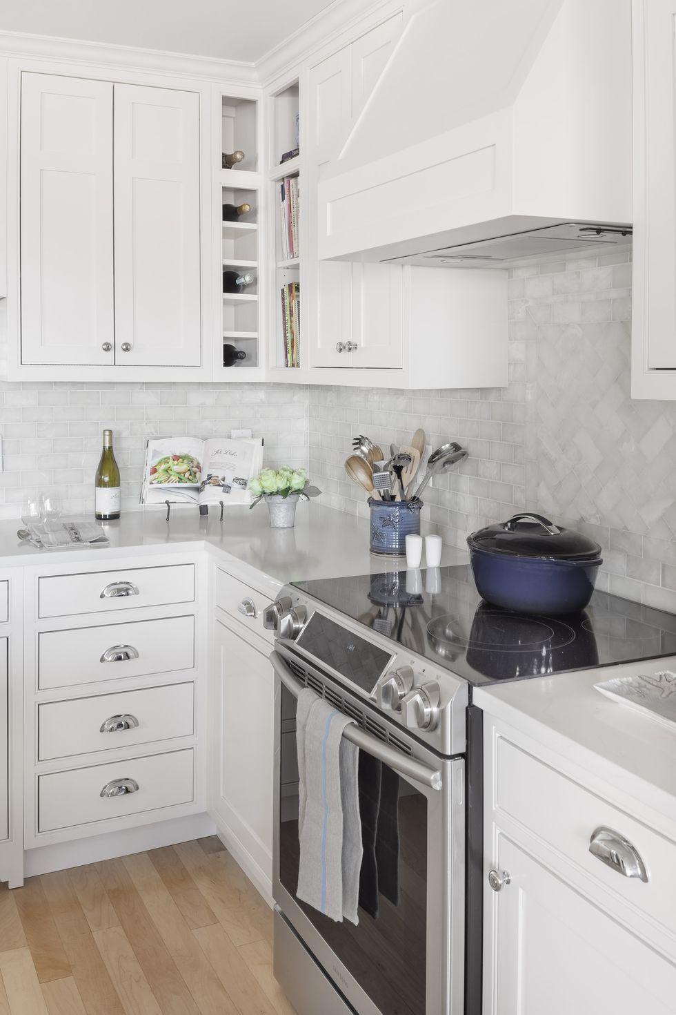 26 kitchen tile backsplash ideas to show off your style white modern kitchen stylish kitchen on kitchen ideas white id=18734