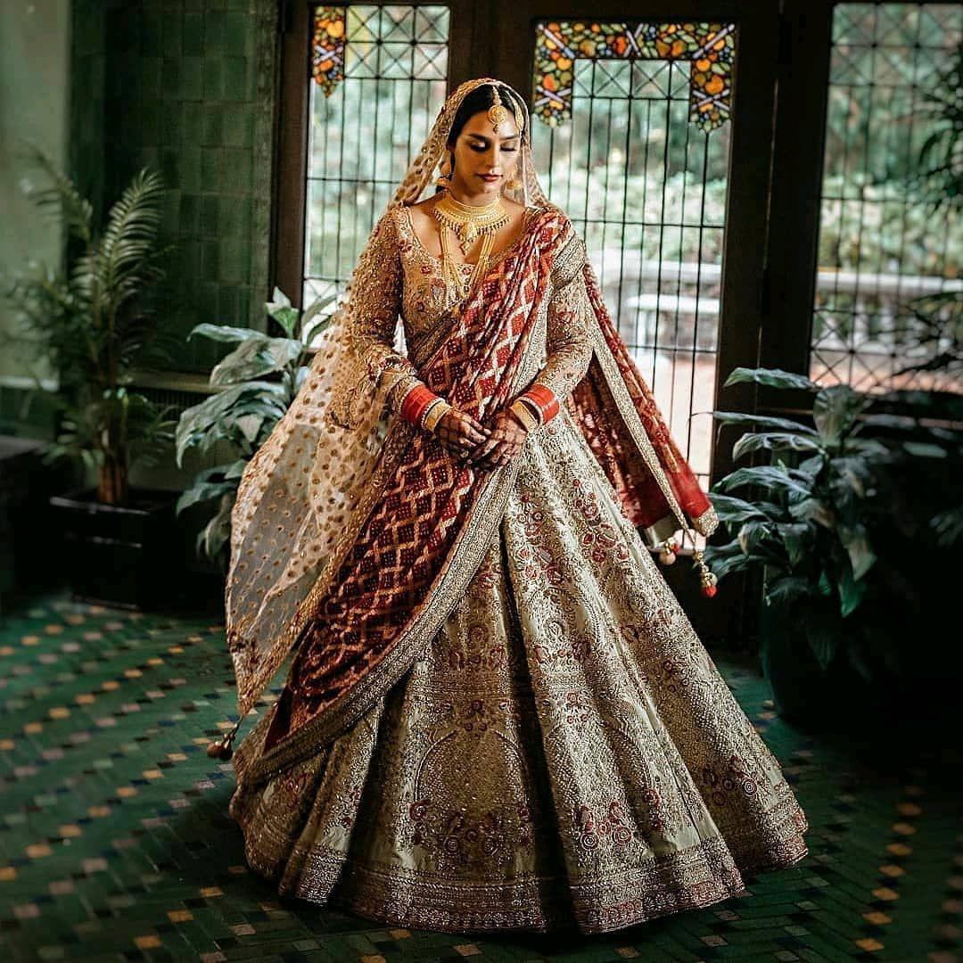 Trending Bridal Lehenga With Contrast Dupatta Unique Lehenga Designs Best Lehenga Ideas Di 2020 Baju Pengantin Pengantin India Pakaian Pernikahan