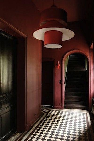 couleur marsala nuance de bordeaux pour ce grand couloir les carreaux de ciment au sol. Black Bedroom Furniture Sets. Home Design Ideas
