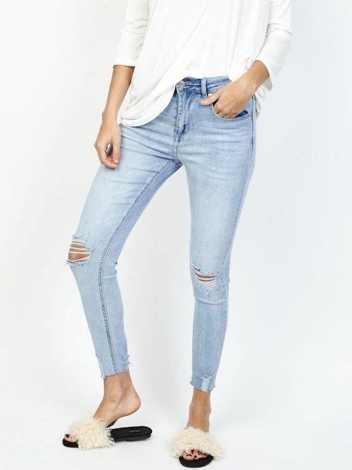 Jeans tendance pour femme taille haute. Coupe slim 3 4 déchiré au genoux. e59a5f650f14