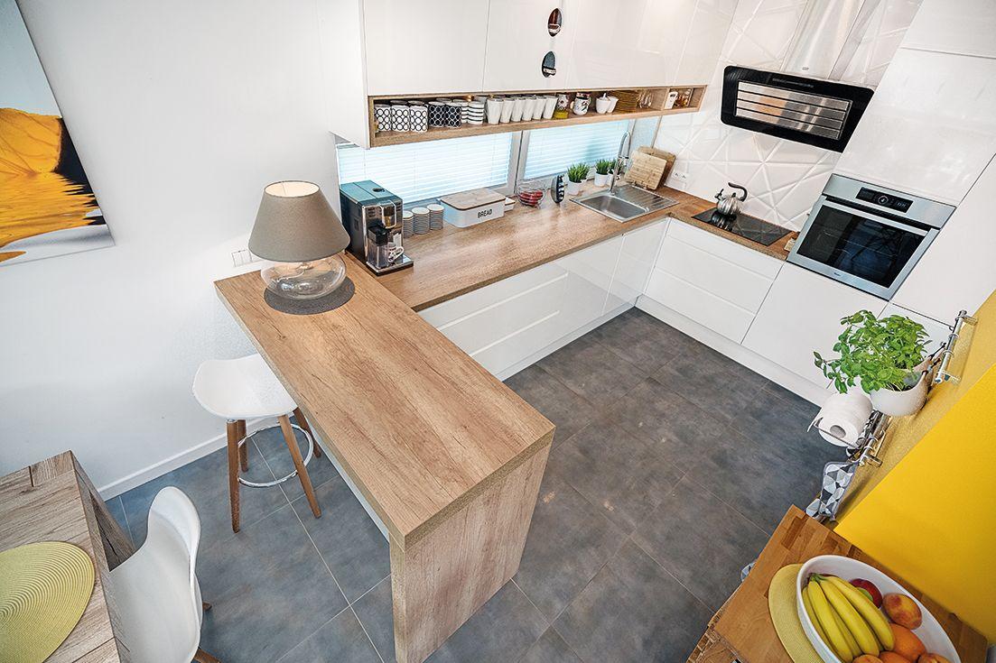 Polaczenie W Jedna Otwarta Przestrzen Salonu Z Kuchnia Spowodowalo Powstanie Zupelnie Nowego Mebla Barku Kuchenne Home Living Room Home Decor Home And Living
