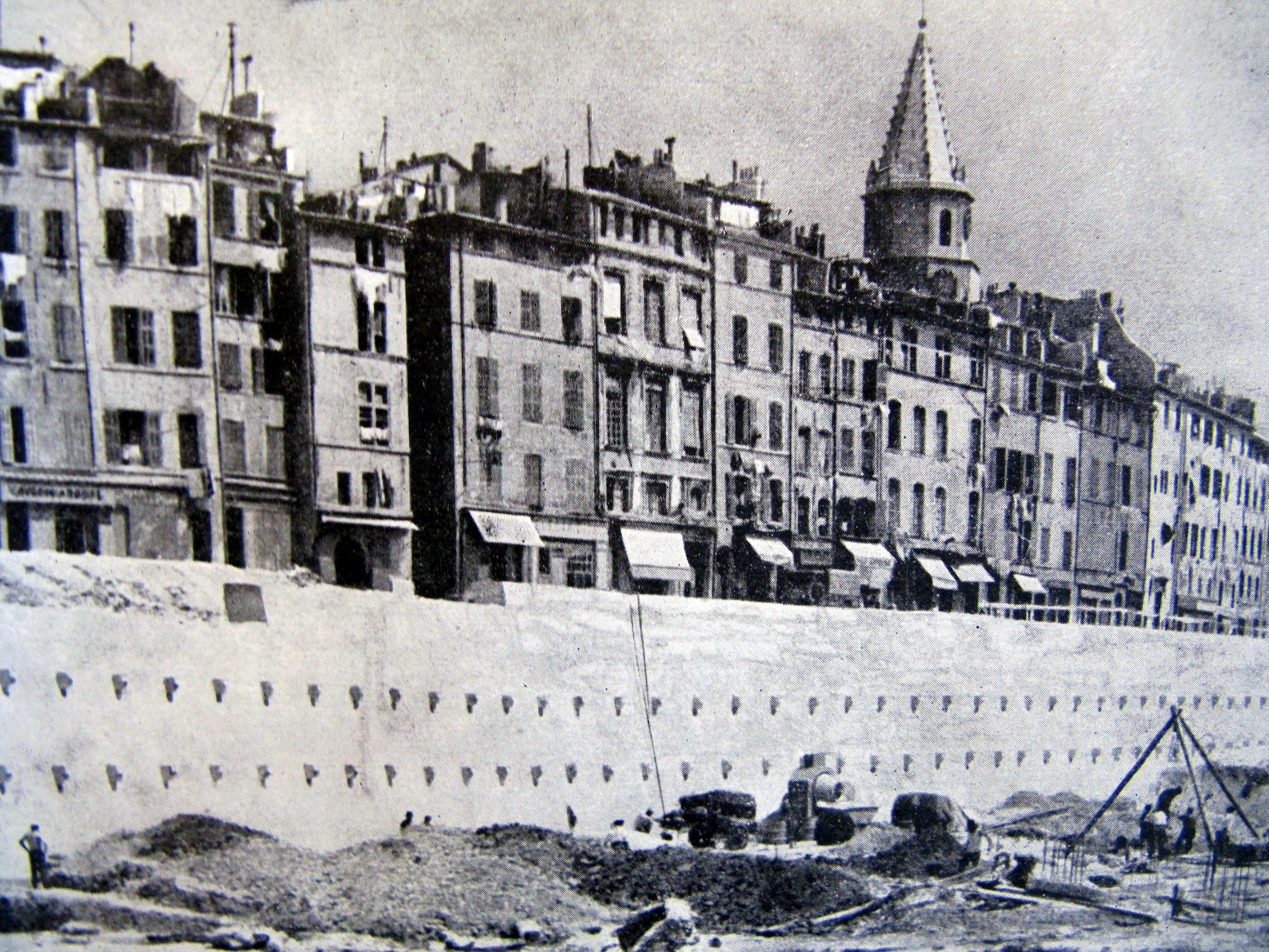 La Reconstruction Du Vieux Port A Marseille Entre 1947 Et 1958 Si L Operation Urbaine De Reconstruction Du Vieux Port Releve Vieux Port Ville France Marseille