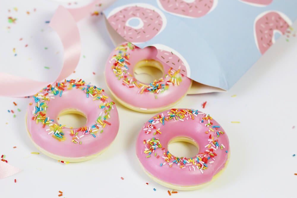 seife selber machen in donut form originelle diy geschenkidee schule. Black Bedroom Furniture Sets. Home Design Ideas
