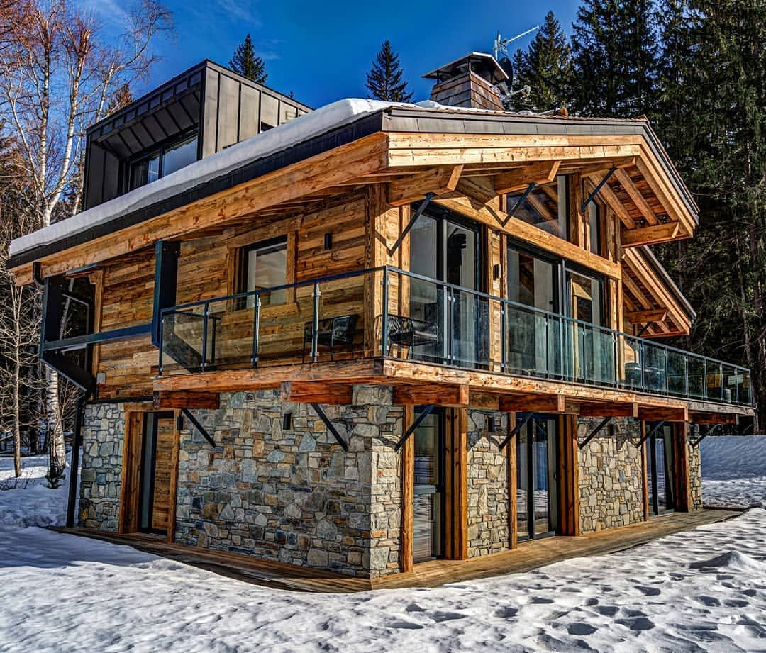 Black Pearl 5 Chalet Is Surrounded By Breathtaking Mountains And Nestled In The Village Of Chamonix Mont Blanc France Th Cozy House Log Homes House Exterior