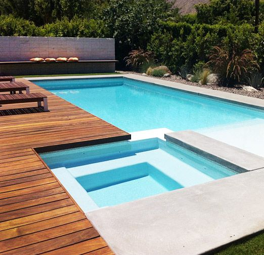 Piscina de dise o con entarimado de madera tropical - Diseno de piscinas ...