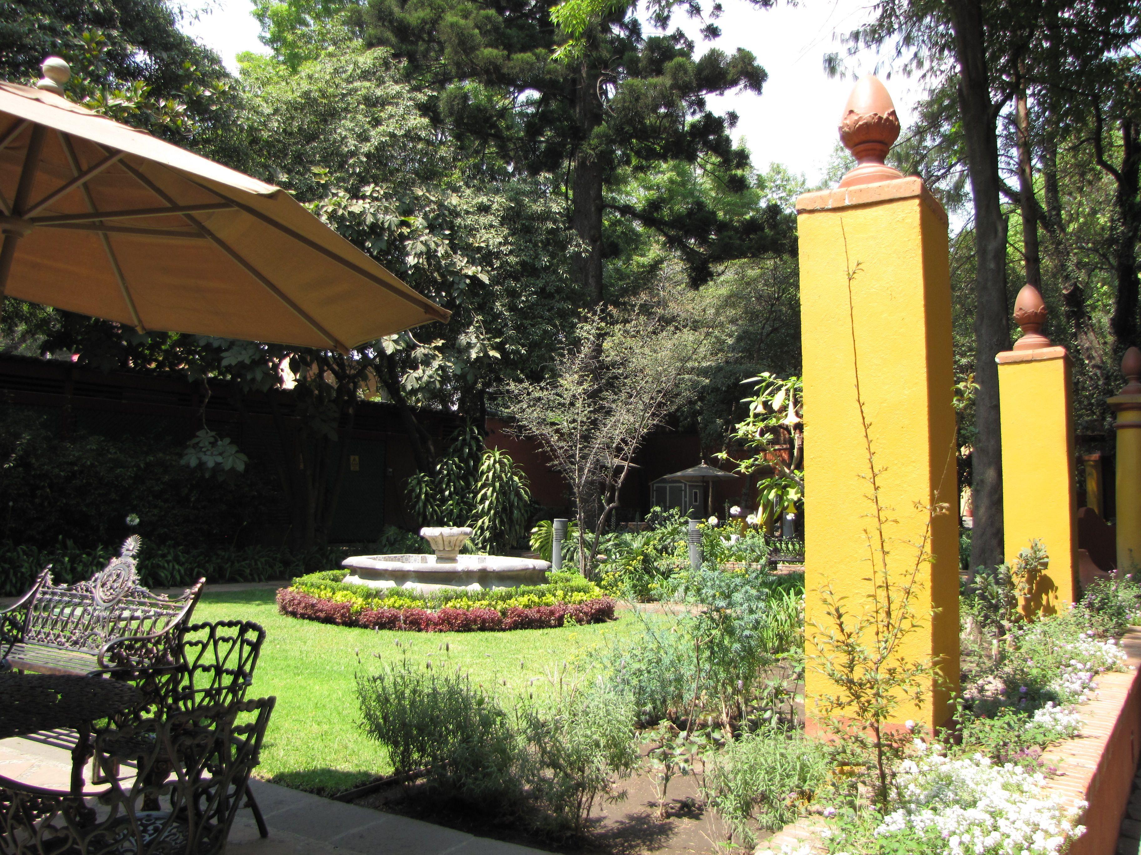 Fuente dentro del jardín.