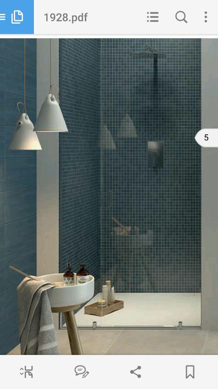 Mosaico blu per la doccia bagno cieco interamente chiuso a vetro senza muro per avere pi luce - Mosaico vetro bagno ...