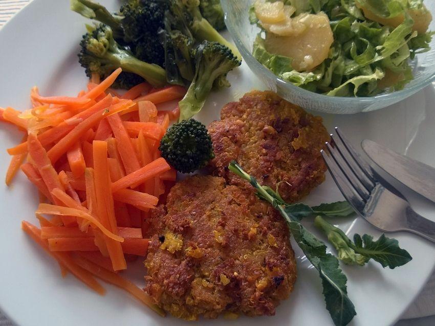 Quinoalaibchen mit Karottenstiftchen, Brokkoli und Bataviasalat | Vegane Gesellschaft Österreich