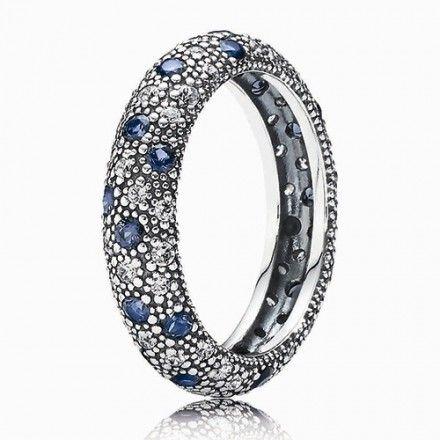 Tonos azules y plata resultan la unión cromática ideal para los fríos días de invierno http://bit.ly/1AYHI2O