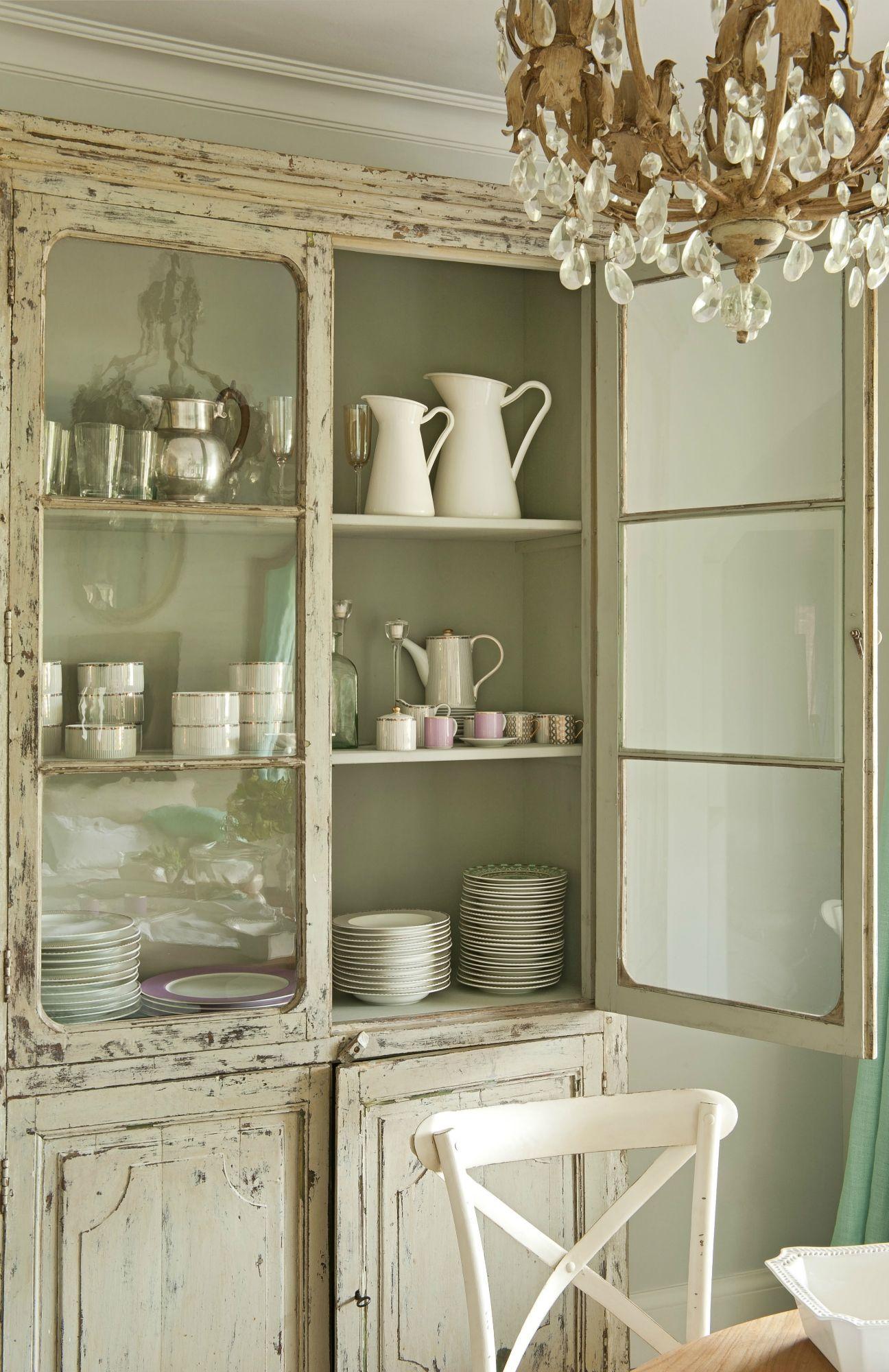 Armario vajillero en madera beige decapada con vitrina en la parte superior y puertas storage - Vitrinas para vajillas ...