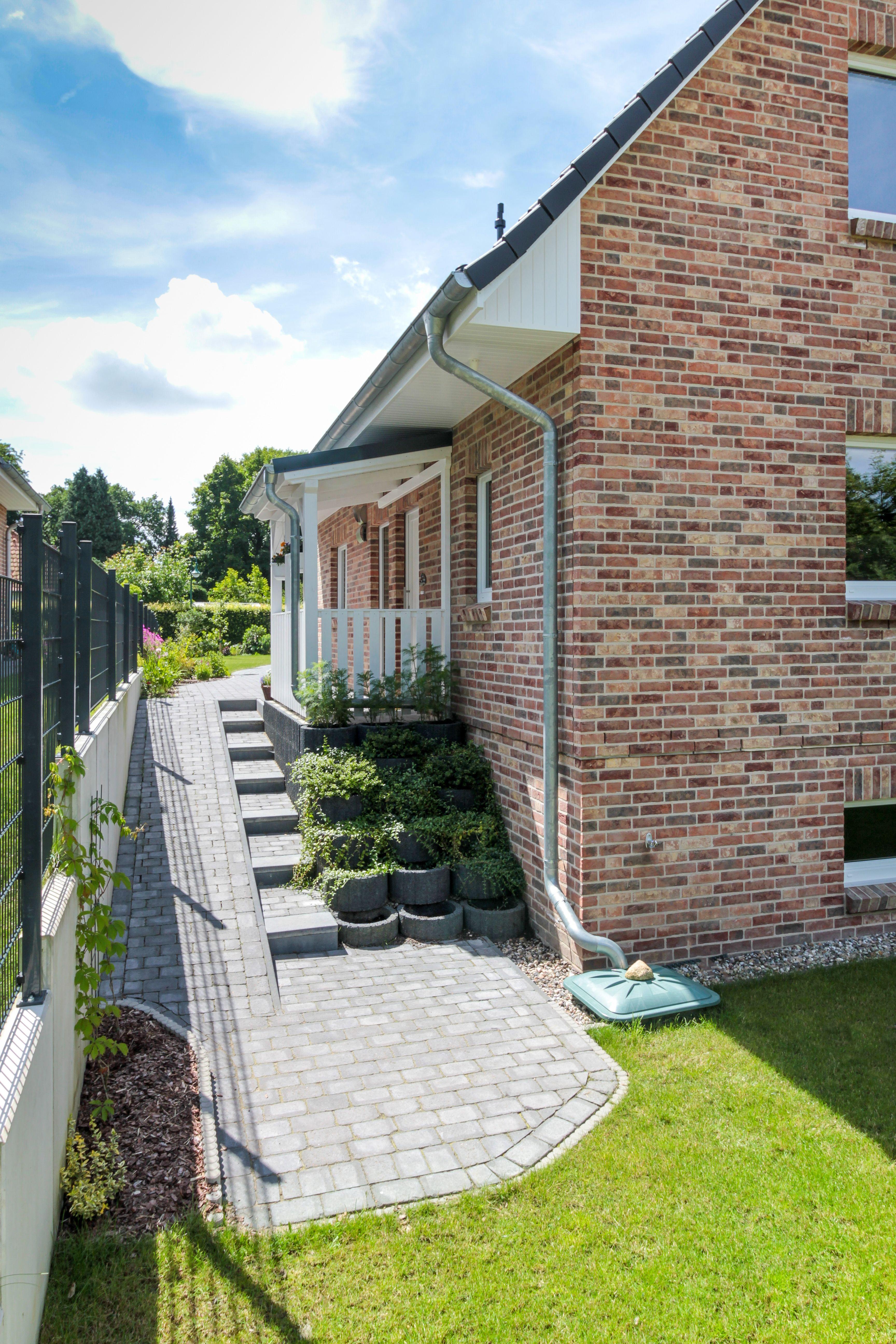 Klassisches einfamilienhaus in hanglage mit satteldach for Modernes haus raumaufteilung