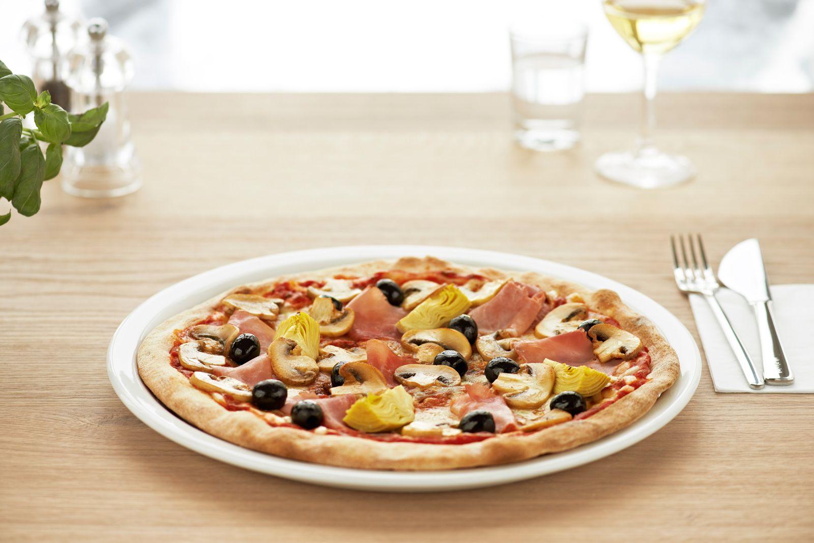 CAPRICCIOSA | Italienischer gekochter Schinken, frische Champignons, Artischocken und geschwärzte Oliven auf hausgemachter Tomatensauce und Mozzarella.