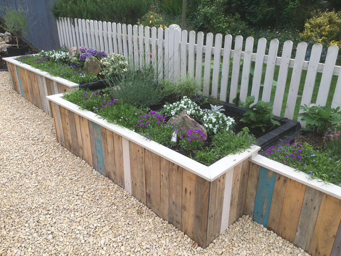 Raised pallet flower bed Pallets garden, Garden fencing
