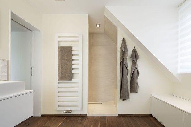 Die großzügige walk in dusche passt ideal unter die dachschräge ...
