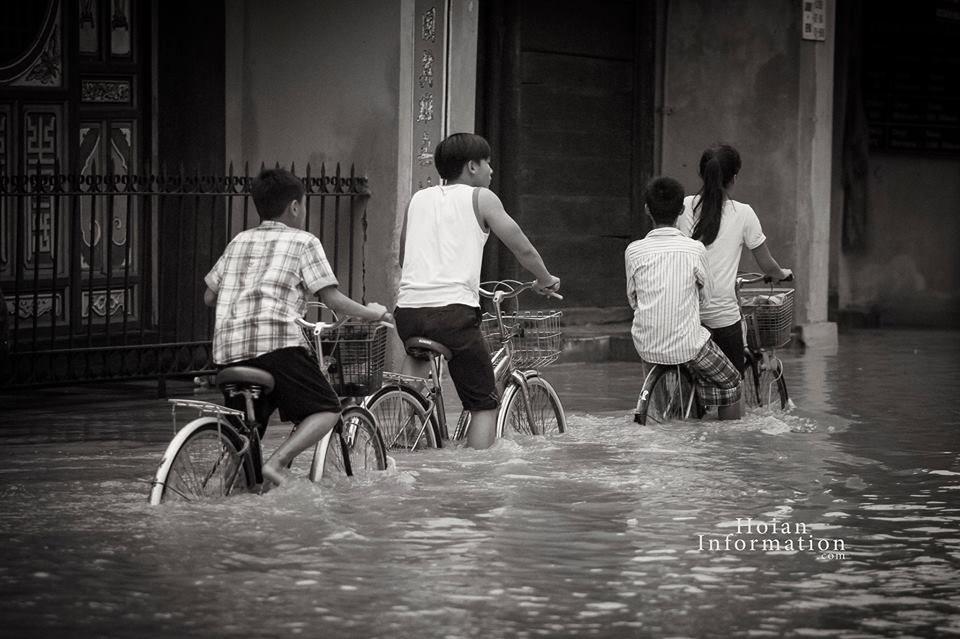 Play in the flood of Hoi An http://hoianfoodtour.com/top-7-activities-in-flooding-days/ #hoian #vietnam #hoianflood