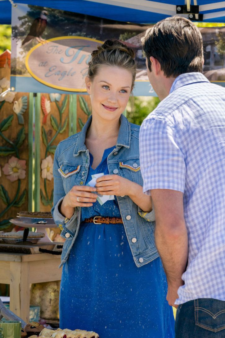 Chesapeake Shores Season 2 As The Owner Of The Inn At Eagle Point Jess Laci J Mailey Greets Guests At The Town A Looks Casais Dormindo Inspiração De Look