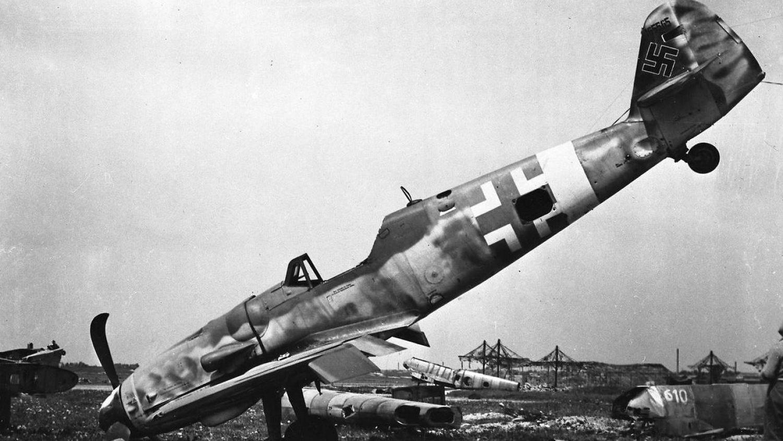 En gårdejer har fundet et tysk fly at typen Messerschmitt ME 109, der ses på billedet her i Augsburg i 1945.