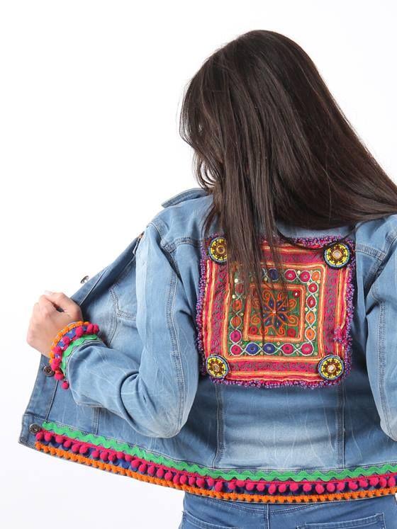 bc96b9e86 detalle espalda  cazadoravaquera  bohostyle decorada con pasamanería de  madroños y aplique étnico central