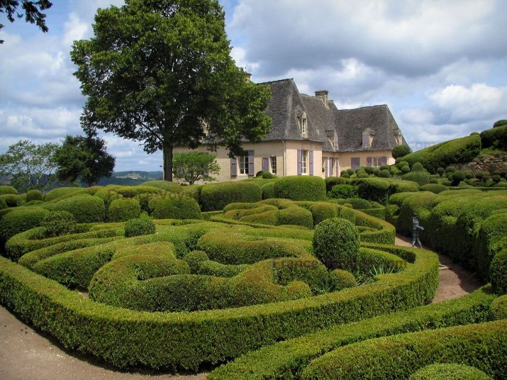 Marqueyssac gardens: Castle, hand-clipped box trees and clouds in the sky, in the Dordogne valley, in Périgord - France-Voyage.com