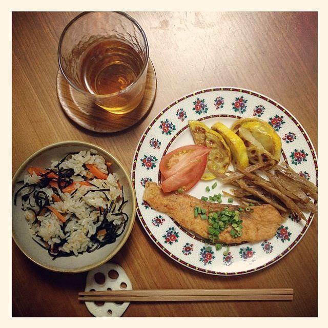 せっかく作ったのに皆、夏風邪にやられてダウン(T ^ T) 誰も食べてくれないー( ̄(工) ̄) - 11件のもぐもぐ - 鮭のムニエル、白ズッキーニ、きんぴらごぼう。ひじきご飯。 by yoerisa3122
