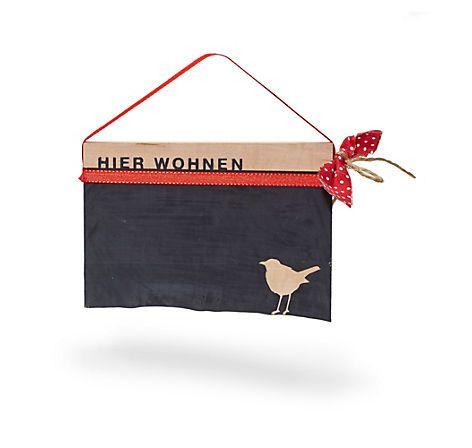 """Türschild aus bayerischem Holz, in Münchner Atelier handgefertigt, mit """"Hier wohnen""""-Schriftzug, zum Selberbeschriften – bei Servus am Marktplatz kaufen."""