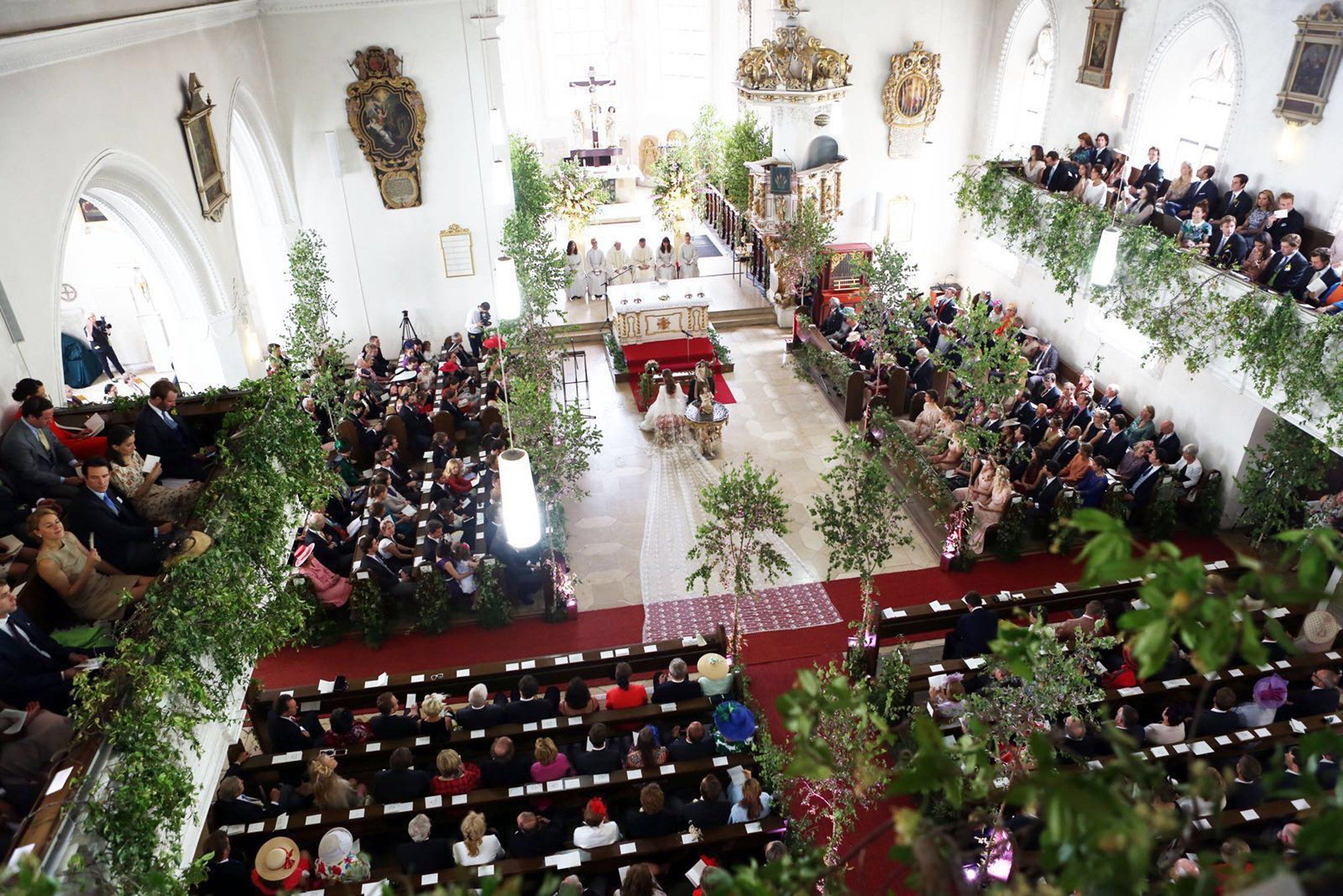 Eight hundred seated guests in the church—the ceremony is about to begin.