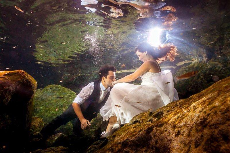 Vem ver a nova sensação para fotos do ensaio de noivos: o Trash The Dress! Os noivos do post de hoje fotografaram em Cancun e o resultado ficou incrível!