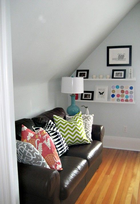 Brighten A Dark Sofa With Bright Pillows Casa Decoration Decoration Salon Mur Gris